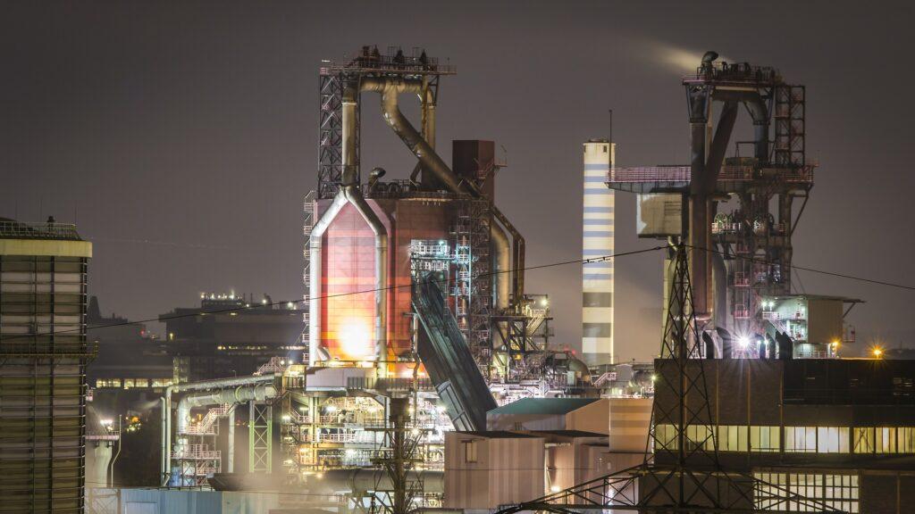 Chemie fabriek in de nacht